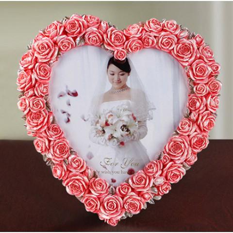 Khung ảnh trái tim viền hoa hồng