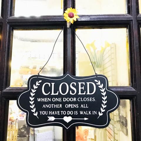Biển treo cửa gỗ 2 mặt đen Open-Closed