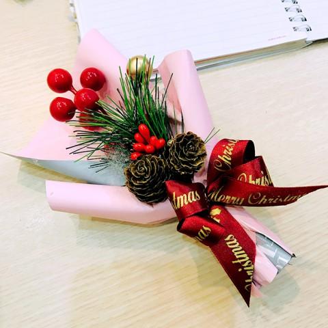 Bó hoa giáng sinh cành thông cherry 16cm
