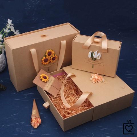 Hộp đựng quà Kraft xách tay gắn hoa Vintage