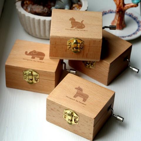 Hộp nhạc gỗ quay tay có gương - Hình thú cưng