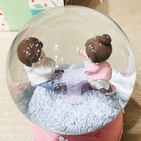 Hộp nhạc quả cầu tuyết bập bênh tình yêu