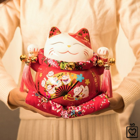 Mèo thần tài đỏ Quạt Kim Vận Chiêu Tài - 21cm