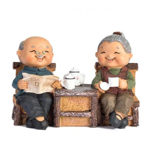 Tượng ông bà - Đọc báo uống trà