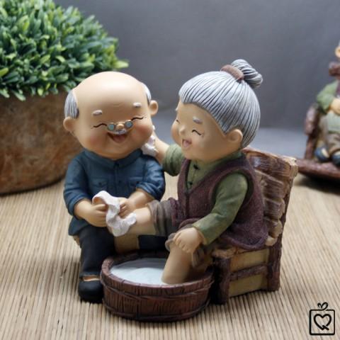 Tượng ông bà - Rửa chân hạnh phúc
