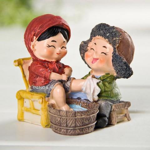 Vợ chồng hạnh phúc - rửa chân cho vợ