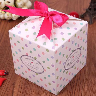 hộp đựng quà chấm bi