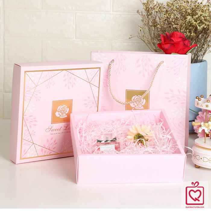 Hộp đựng quà vuông bông hồng kèm túi (20x20cm)