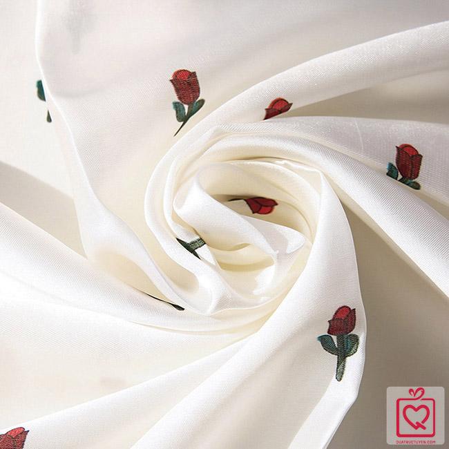 Khăn lụa vuông họa tiết hoa hồng