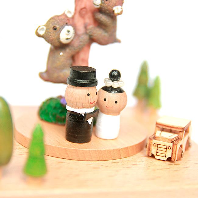 Hộp nhạc gỗ cô dâu chú rể bên cây tình yêu